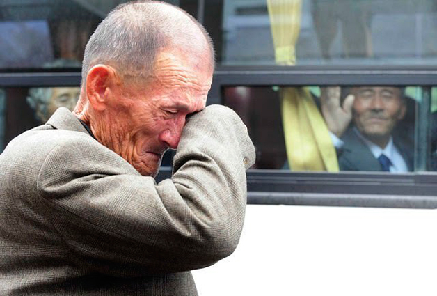 norte-coreano se despedindo do irmao sul-coreano_reencontro temporario das familias
